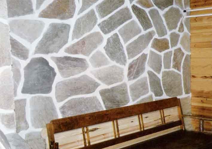 kivellä verhoiltu seinä