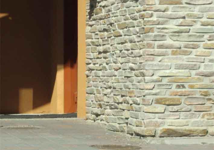 kivestä muurattu seinä